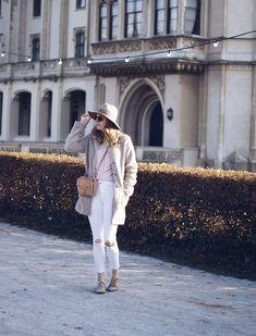 Streetstyle Herbst Outfit mit Teddymantel, Bluse und weißer Jeans