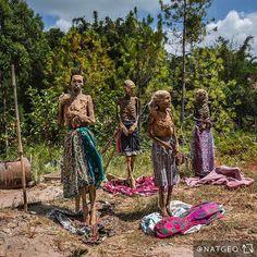 """Foto de Brian Lehmann @brianlehmannphotography // """"Durante um raro ritual fúnebre na Indonésia, famliares removem seus parentes das sepulturas para trocar-lhes as roupas, limpá-los e deixá-los secando ao sol. Para ver um vídeo deste peculiar ritual, siga @BrianLehmannPhotography"""