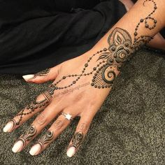 Tonight the magic was flowing at #hennacon2016 ... this was one of my favorite pieces on the beautiful and sweet and amazing Rohini! Totally freehand she let me do whatever I wanted! Loved every moment. #shareyourjourney #createsharegrow #hennacon #grateful #henna