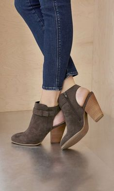 48 Fall Shoes To Not Miss shoes womenshoes footwear shoestrends Source by ceoforforcon fashion heels Pretty Shoes, Beautiful Shoes, Cute Shoes, Me Too Shoes, Bootie Boots, Shoe Boots, Shoes Heels, Pumps, Suede Booties