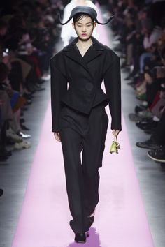 See the complete Jacquemus Fall 2017 Ready-to-Wear collection. Jacquemus, How To Make Clothes, Fashion 2017, Runway Fashion, Fashion Fall, Ladies Fashion, Vogue Paris, Catwalk Collection, Fashion Show Collection