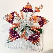 Resultado de imagen para peinetas panameñas con tembleques Seed Bead Art, Baptism Dress, Girl Decor, Beading Projects, Loom Beading, Beaded Flowers, Ornament Wreath, Jewelry Art, Tapas