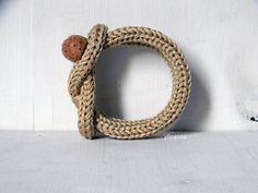 Pulsera de nudo. Bracele beige de algodón crudo. Pulsera de madera.  Pulsera de algodón con un botón de madera hechos a mano muy bonito como cierre. Es muy suave y cómodo de llevar.  Hilo: pulsera hilo de algodón 100%. Tamaño: circunferencia interna es 15,5 cm. muy flexible. Colores: crudo  Esta pulsera se hace a pedido, por favor espere 3/5 días a preparar para el envío.