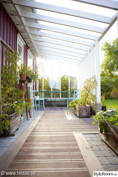 I vår trädgård finns inte så mycket blommor, mest grönsaker och andra ätbara godsaker.   Se mer på min blogg Hildas hem. Garden Veranda Ideas, Garden Yard Ideas, Timber Pergola, Deck With Pergola, Outdoor Rooms, Outdoor Gardens, Outdoor Decor, Side Yard Landscaping, Backyard Renovations