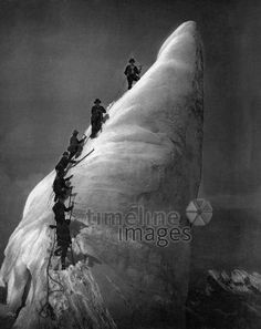 Montblanc, Bergsteiger auf einem Serac am Mont Blanc ullstein bild - ullstein bild/Timeline Images #1901 #Climbing #Klettern #Bergwacht #Berge #Bergsteigen