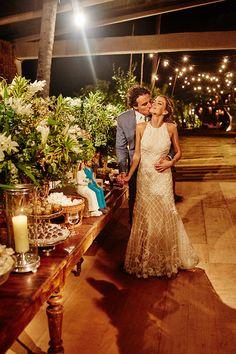 Casamento na praia na Bahia estilo - vestido de noiva com fitas de organza no viés e aplicações de renda Lyon ( Foto: Bruno Stuckert | Vestido: Nanna Martinez para WhiteHall )