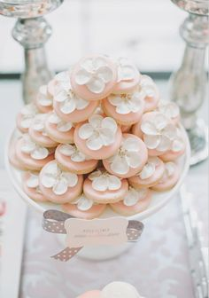 Lovely piped flower cookies (Bobette & Belle).