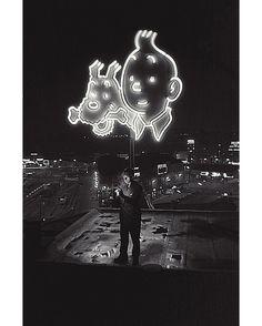 Les photographes de Paris Match à l'honneur.  Rendez-vous le 3 mai pour un événement exceptionnel avec la prestigieuse Maison de ventes Cornette de Saint Cyr. Découvrez en avant-première les plus belles photos de notre vente.  André Lefebvre (1919-1984)  Hergé allumant une cigarette sur le toit dun immeuble à Bruxelles où brillent Tintin et Milou. 25 août 1958.  56 x 85 cm. Tirage postérieur sur papier baryté. Caisse américaine. Edition 1/1. 1 500-2 500 euros.  André Lefebvre (1919-1984)…
