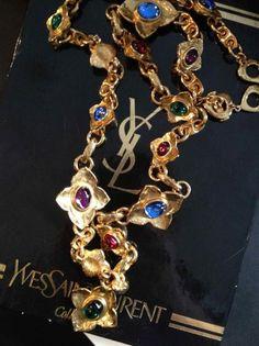 586b5438863 YVES SAINT LAURENT par ROBERT GOOSSENS Sautoir en métal doré composé de  fleurs ornées de cabochons en pâte de verre polychrome - Longueur: 86cm -  Le Brech ...