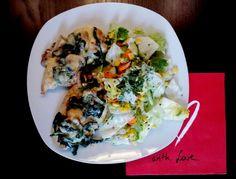 Hähnchenbrust überbacken mit Champions, Jungspinat und Pinienkernen, Käse dazu gemischter Salat #lowcarb
