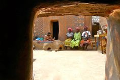 The Tiébélé African village is made up of a series of small clay houses that are hand-painted in different geometric patterns and symbols. West African Countries, Mud House, Brick Molding, Wood Ladder, Clay Houses, Reportage Photo, 15th Century, House Painting, Great Photos
