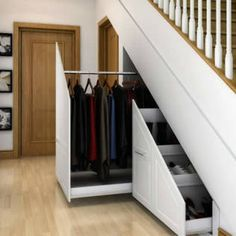 Innovative storage solutions. : Couloir, entrée, escaliers modernes par Chasewood Furniture