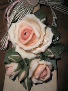 Cucchiaio-paletta di legno 30x7cm con rose rosa in pasta di mais - particolare