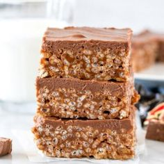 What do you get when you melt together chocolate bars and mix them with Rice Krispies? These delicious, no-bake Mars Bar Squares aka Mars Bar Slice. They're gooey, crunchy, topped with milk chocolate and absolutely addictive. Peanut Butter No Bake, Chocolate Peanut Butter, Chocolate Chip Cookies, Butter Rice, Raisin Cookies, Shortbread Cookies, Oatmeal Cookies, Chocolate Topping, Chocolate Peanuts