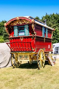 In pictures: the Romani vardo wagons--these were more than just cozy homes--Traditional Irish Romani Caravan at the Royal Bath and West agricultural show in Somerset, England. Airstream Interior, Vintage Airstream, Vintage Campers, Gypsy Caravan, Gypsy Wagon, Airstream Camping, Glamping, Airstream Trailers, Retro Trailers