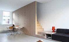 8A Architecten heeft een kleine arbeiderswoning van 76m2 in Leiden gemoderniseerd door het toevoegen van een grote unit van eikenhout met daarin een trap, opbergfaciliteiten en een bank. Ook de entree en het toilet zijn in het blok weggewerkt. De integratie van al deze elementen bespaart veel ruimte en is tegelijkertijd een prominent interieurelement in de woning.