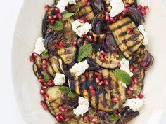 So macht Grillen auch Vegetariern Spaß! Aubergine vom Grill mit Mozzarella mit Granatapfel - smarter - Zeit: 30 Min. | eatsmarter.de