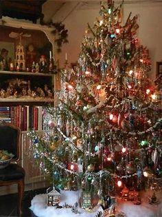 Old Fashion Christmas Tree, Tinsel Christmas Tree, Christmas Tree Design, Beautiful Christmas Trees, All Things Christmas, Christmas Time, Vintage Christmas Trees, Old Fashioned Christmas Lights, Merry Christmas