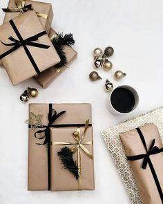 Black and gold gift wrapping pakowanie prezentów креативная Christmas Gift Wrapping, Diy Christmas Gifts, Holiday Gifts, Christmas Paper, Christmas Ideas, Creative Gift Wrapping, Creative Gifts, Wrapping Ideas, Wrapping Gifts