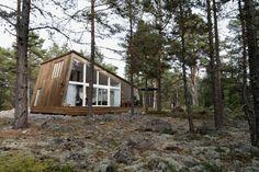 Деревянный шведский домик в сосновом лесу : В одном курортном городке Hudiksvall Швеция, в сосновом лесу на побережье к северу от него, недавно началось строительство традиционного кемпинга со всей необходимой инфраструктурой для отдыха и развлечения. В кемпинге...