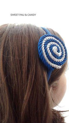 Diadema de cordón de seda blanco roto y azulón.