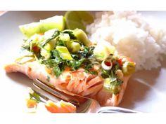 Szczypiorek i kolendrę posiekaj.  W miseczce połącz cukier z sosem rybnym i sokiem z cytryny aż s...