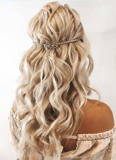 Just see here amazing shades styles of half up braids for long locks to wear in year 2020. This style is most suitable option for ladies to wear on various special occasions. So, must visit here and pick up this best braids style for 2020. Bohemian Hairstyles, Braided Hairstyles For Wedding, Braided Updo, Best Braid Styles, Long Hair Styles, Trendy Haircuts, Pinterest Hair, Gorgeous Hair, Hair Trends