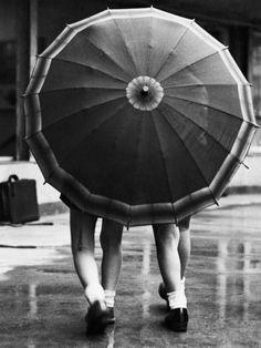 дождливый день, две маленькие девочки поделились зонтиком во время дождика. 1938 год, фотограф неизвестен.
