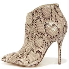 NWB STEVE MADDEN GRRAND NATURAL SNACK BOOT SIZE 6 Printed booties create a pop of chic-ness to any outfit Steve Madden Shoes Ankle Boots & Booties