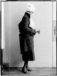 Description: Dame in einem Kleid der Wiener Werkstätte, entworfen von Eduard Josef Wimmer-Wisgrill, mit Glockenhut Creator: Madame d'Ora, Atelier Date: 1920-09-14