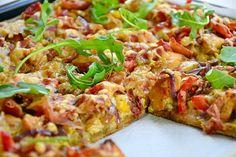 Grov pizza med pesto, kylling og serranoskinke