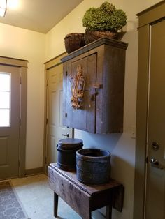 mud room primitive home decorating Primitive Home Decorating, Primitive Country Homes, Primitive Antiques, Farmhouse Style Decorating, Farmhouse Decor, Primitive Decor, Primitive Bedroom, Decorating Kitchen, Vintage Farmhouse