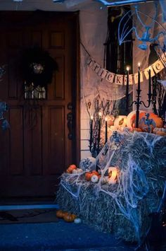 Do you dress up for Halloween? Even if you don't, your front porch should! Check out these 20 Fabulously Spooky Halloween Front Porches! Creepy Halloween Decorations, Halloween Celebration, Outdoor Halloween, Halloween Party Decor, Halloween Crafts, Halloween Costumes, Halloween 2020, Halloween Stuff, Haunted Halloween