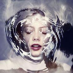 Le foto sott'acqua di Staudinger Franke richiamano alla mente la tragica figura di Ofelia rivisitata in chiave contemporanea grazie a Photoshop e alla CG.