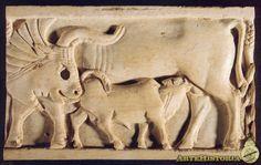 Vaca amamantando a sus terneros Mesopotamia,marfil Fecha: Siglo VIII a.C.