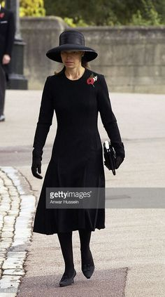 Lady Sarah Chatto attends the funeral of Princess Alice Duchess of Gloucester at St George's Chapel Windsor Castle on November 5 2004 in Berkshire. Lady Sarah Armstrong Jones, Lady Sarah Chatto, Princess Alice, Royal Clothing, Hm The Queen, Celebrity Outfits, Queen Elizabeth Ii, Royal Fashion, Kate Middleton