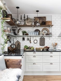 Our goal is to keep old friends, ex-classmates, neighbors and colleagues in touch. Swedish Kitchen, Cozy Kitchen, Kitchen Dining, Kitchen Ideas, Kitchen Upstairs, Compact Living, Interior Stylist, Second Hand, Interior Design Kitchen