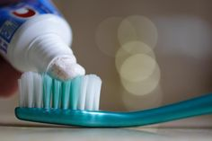 Poetsen met gezonde tandpasta