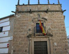Palacio de los Pérez de Vargas y Gormaz en Andújar (Jaén)  38· 2' 10'' N 4· 3' 20'' W  Esta portada procede del Palacio de los Pérez de Vargas, situado en la Plaza del Castillo, y fue trasladada aquí en los años 70 del siglo XX. Es de comienzos del siglo XVII y, junto con la de Don Gome, son las únicas que se conciben en piedra en su totalidad, lo que nos da una idea de la magnitud del patrimonio de quien la financia y de la altura de su cuna.