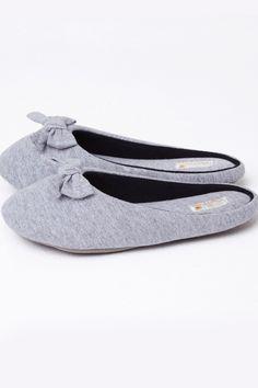 A Dama Necta é uma loja de fábrica online de pijamas, camisolas e homewear com um linha de produtos jovens, confortáveis, com um toque de sensualidade, porém sem perder a elegância. Valorizando a diversidade, a Dama Necta também oferece produtos plus size. Slippers, Beauty Make Up, Toque, Art Drawings, Loafers, American, Crochet, Shoes, Fashion
