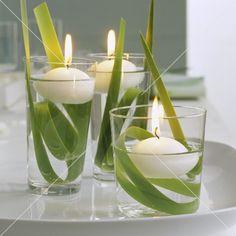 Frühlingsdeko mit drei schwimmenden Kerzen in Wassergläsern