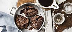 Naudan sisäfileepihvit ja punaviinikastike Iron Pan, Steak, Cookies, Chocolate, Desserts, Food, Crack Crackers, Tailgate Desserts, Deserts