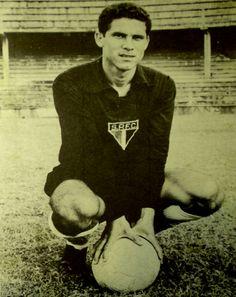 """Em 15 agosto de 1963, uma quinta feira à tarde no Estádio do Pacaembu, Suly participou do famoso jogo do """"Cai-Cai"""", quando o São Paulo venceu o poderoso Santos pelo placar de 4×1, numa partida que ficou conhecida como o dia em que """"O Santos correu de campo""""."""