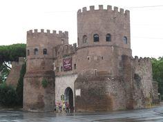 De Piramide van Caius Cestius aan de Piazzale Ostiense is ingebouwd in de stadsmuur bij deze oude stadspoort. De bouw van de muur werd begonnen door keizer Aurelianus (270-275) en voltooid door zijn opvolger Probus (276-282).