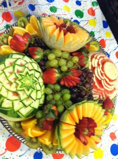 carved fruit platter Veggie Art, Fruit And Vegetable Carving, Edible Centerpieces, Edible Arrangements, Fruit Plate, Fruit Art, Food Trays, Fruit Trays, Fruit Creations