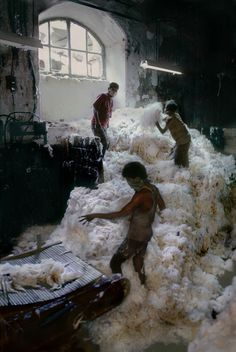 Steve McCurry. INDIA. Bombay, 1993. Children work in a cotton factory.