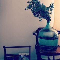 凛とした佇まいが素敵。青緑色のガラス瓶「デミジョンボトル」をインテリアに取り入れよう♪ | folk
