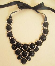 Maxi colar preto, com lindos chatons facetados, que refletem um brilho lindo! Com corrente de strass na cor cristal, com banho de níquel (prateado). Ótimo para complementar looks para a noite! Frete Pac grátis! R$80,00