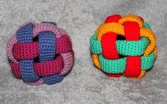 Häkle jetzt für Dein Kind / Enkelkind / Baby oder auch als Geschenk einen schönen Spielball // Greifling, mit dem man gut Greifen üben kann. Viel Spaß.
