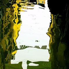 Sometimes the coolest images are the simplest this is the reflection of some buildings and a clothes line on one of the 150 canals that cut Venice.  Algumas vezes as images mais legais são as mais simples esse é o reflexo de alguns prédios e um varal de roupas em um dos 150 canais que cortam Veneza.  #reflection_obsession #reflection_perfection #water_shots #reflexos #reflection #reflections #arte #fotododia #picoftheday #venice #italy #veneza #ciao #instatravel #instadesign #ic_reflection…